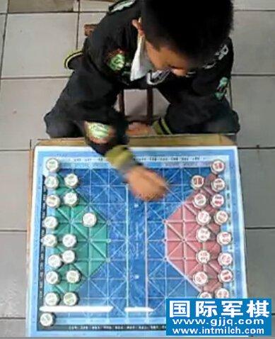 九岁王惠��自己对战国际军棋