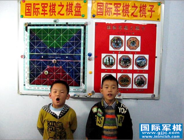 栾孟尧和王惠��(yao)在演唱国际军棋歌