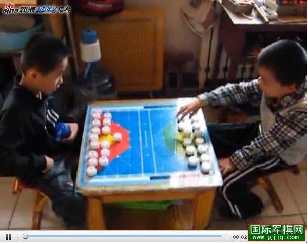 两个八岁小棋迷对战国际军棋